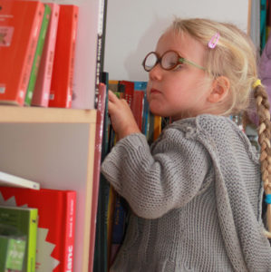 Enfant Choisissant Un Livre
