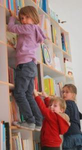 Enfants Sur La Bibliothèque D'Okidokid