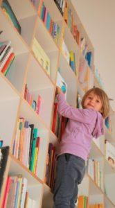 Enfant Sur La Bibliothèque D'Okidokid